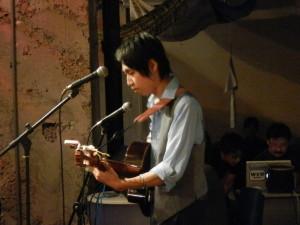 演奏する哲生さん