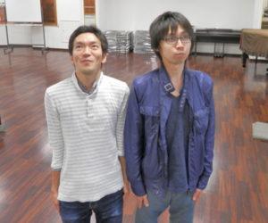上を見る哲生さんと近藤さん