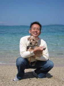沖縄で愛犬のビートくんと遊ぶ宮本亜門さん