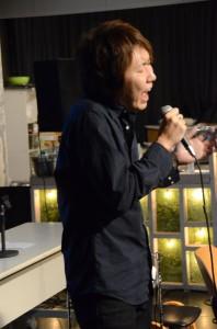 歌う由悟さん