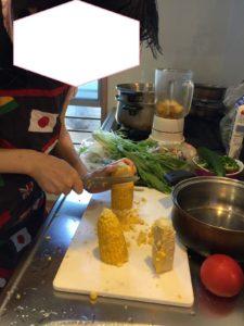 とうもろこしを料理する参加者