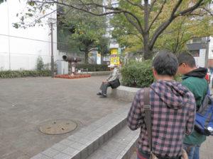 公園の前で立ち止まる2人