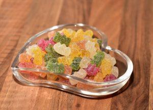 ハート形のガラス皿にグミが盛られている