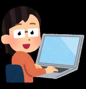 パソコンを操作している女性の画像